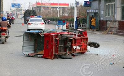 【第e时间】轿车一把方向甩过来,三轮车翻了