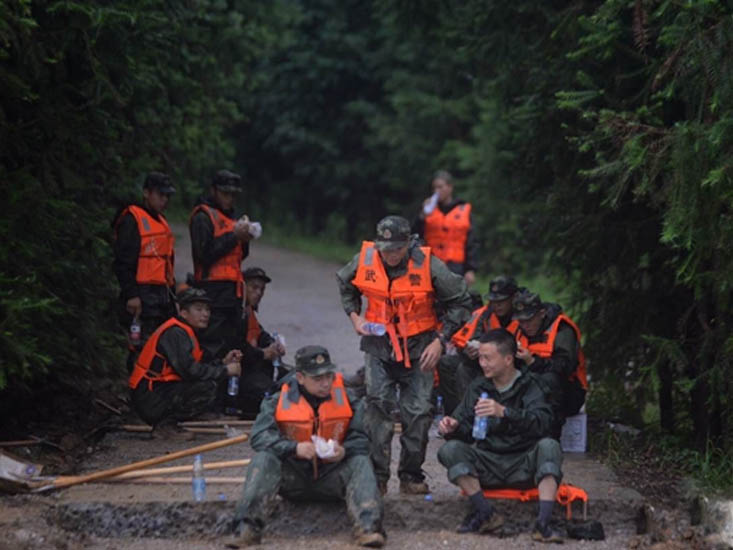 7月1日,金寨县吴家店镇的一座桥几乎被水淹没。