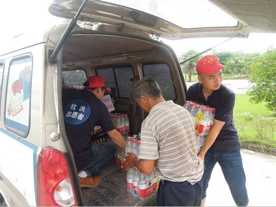 团和县县委组织爱心人士赴防汛一线赠送救灾物资