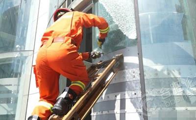 【事故】电梯故障困两人 消防成功破窗救援