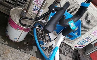 有人给共享单车上锁,看到我拍照还振振有词