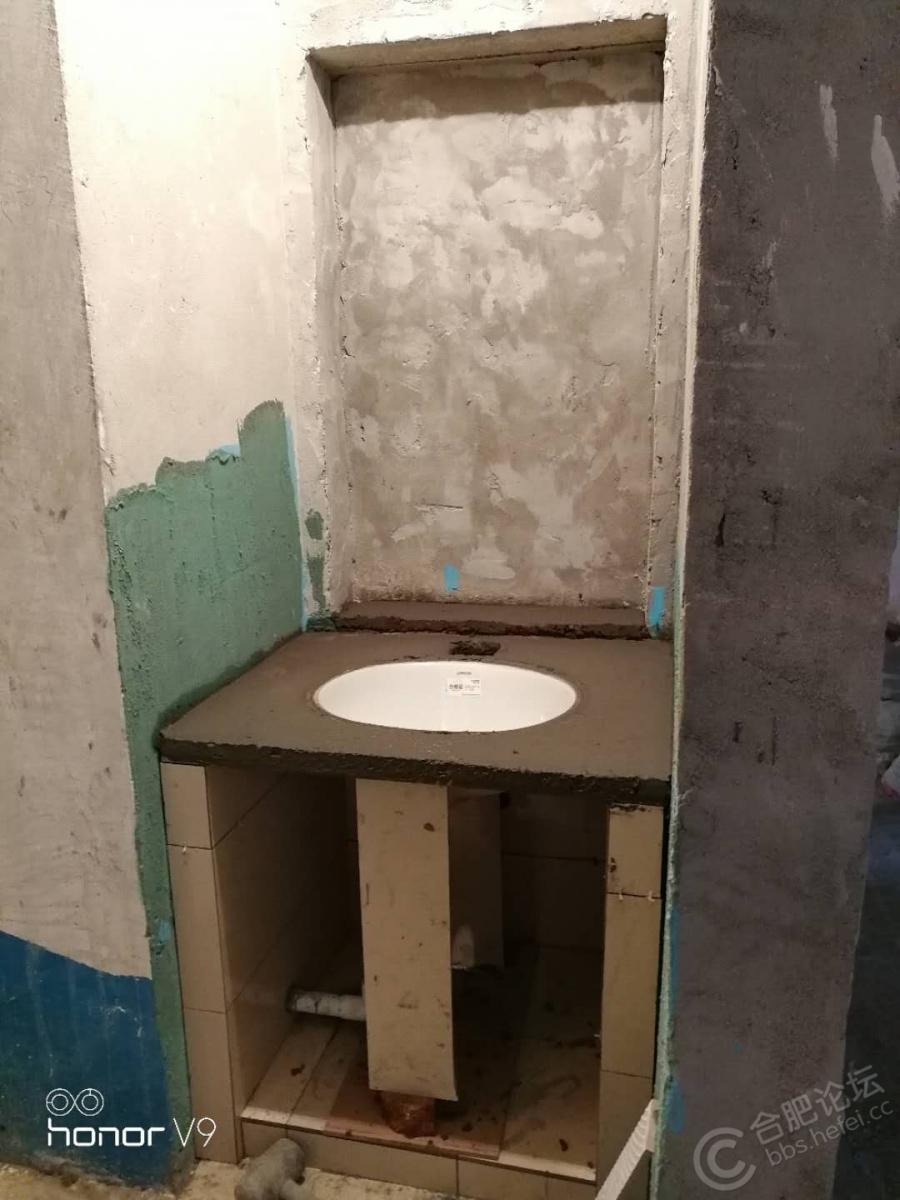 干区砌的洗手台,台下盆,镜柜内藏墙里,抠出来的空间