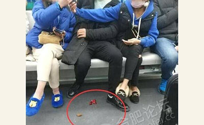 【气愤】地铁上男子吃完槟榔竟随地乱吐