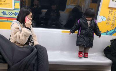 实拍:地铁1号线上的一幕,孩子安全谁来管