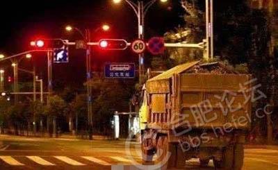 【点赞】交警城管联合执法,严查渣土车闯红灯