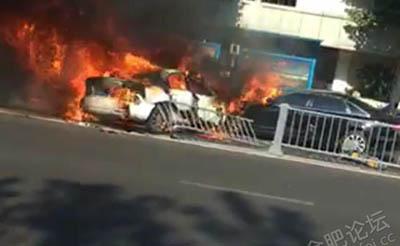 【突发】合作化路高架三车相撞,两车瞬间起火