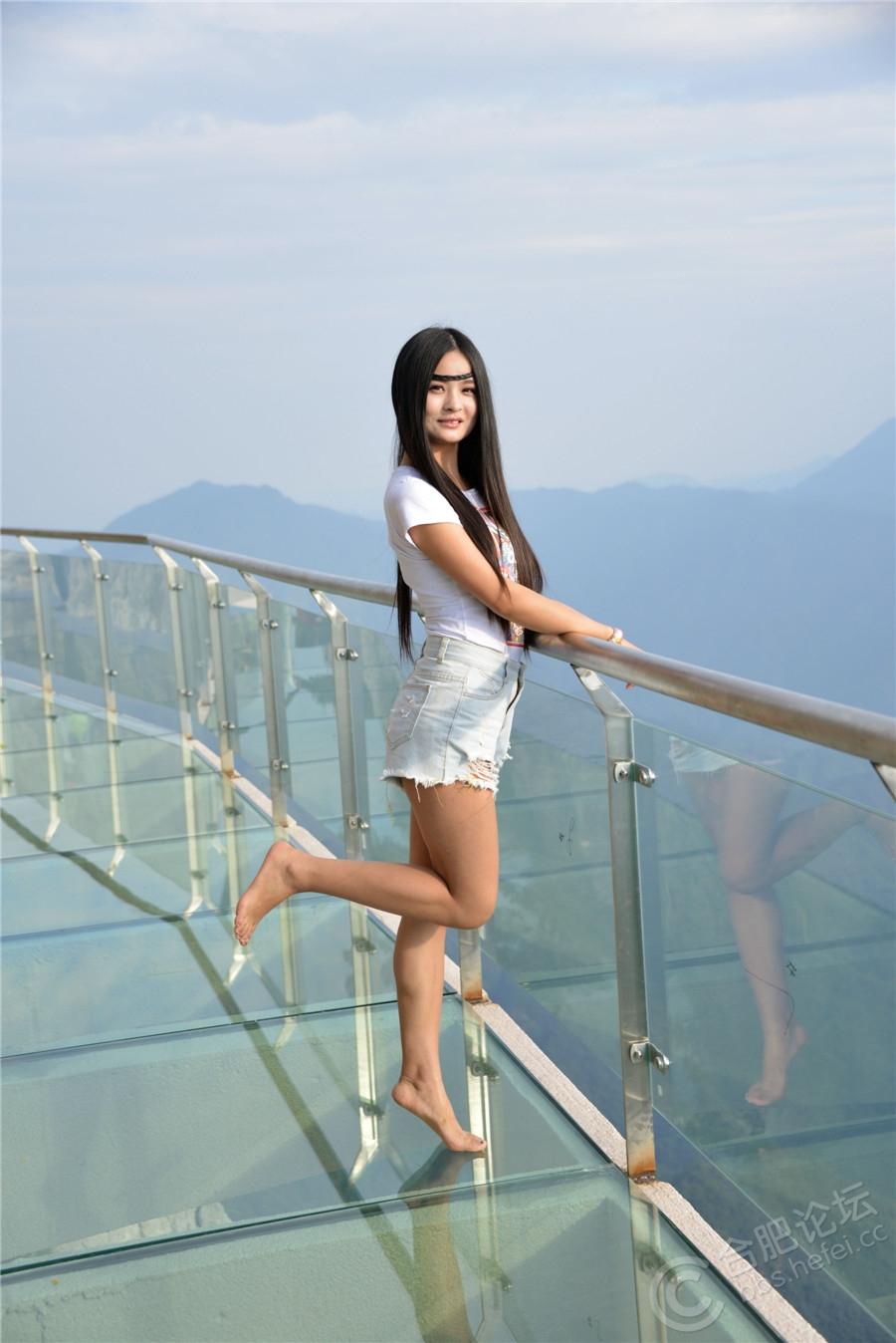 【美女爱旅游】步步惊心明堂山 首批美女体验团挑战高空玻璃栈道圆满