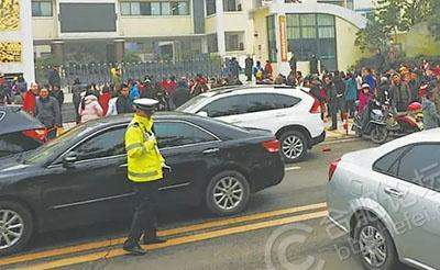 【热议】校门口停车被罚6次 家长致信交警