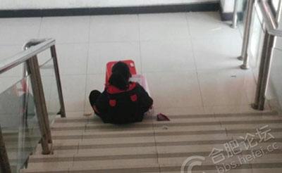 【随拍】女孩在商城楼道里写作业,看的就好冷