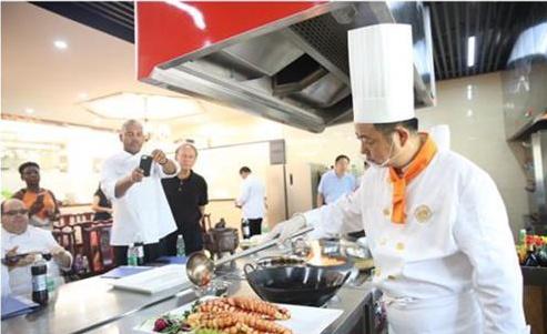 新东方教育与美国大厨交流烹饪