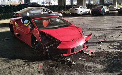 【目击】合肥铜陵路一辆红色兰博基尼被撞