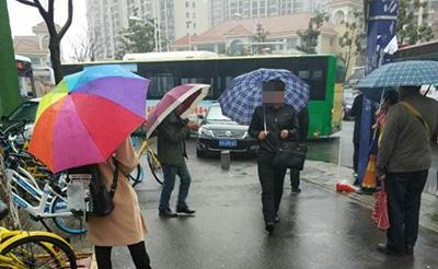 【气愤】私家车乱停,把公交出入口完全堵住了