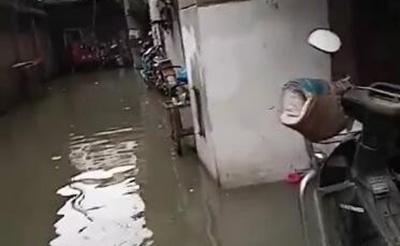【求助】居民楼下水道被堵,水漫金山没法回家