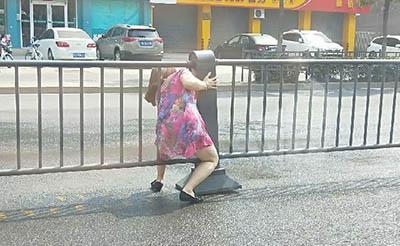 【奇葩】大妈真牛!为少走路硬从护栏钻过去了