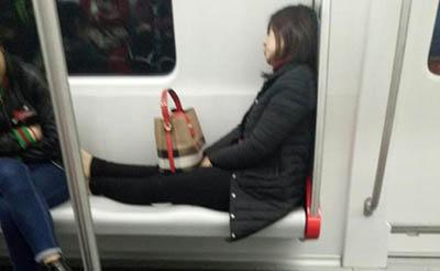 【吐槽】占俩位还脱鞋,真把地铁当自己家了?