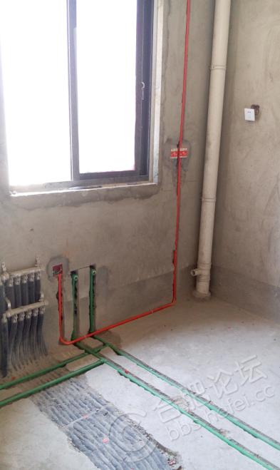 厨房的暖气分水器,水管,电线