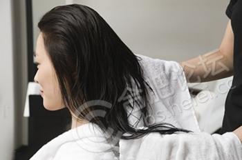 """坐月子:产后洗头会""""一世""""头痛?.jpg"""