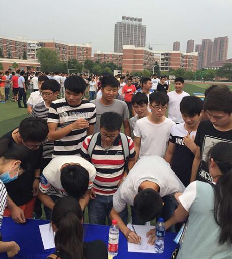 三联学子组团挑战平板支撑…