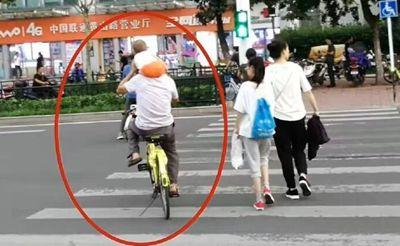 【疯了】黄山路一家长将小孩扛肩头单手骑小黄车