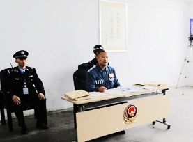 男子身穿囚服通过本科论文答辩