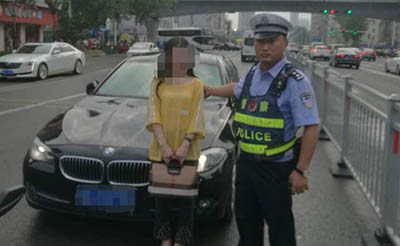 【警示】美女等信号灯睡着了,竟是无证酒驾!