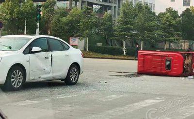 合肥蜀山区雪霁路发生车祸,小红车被撞翻了