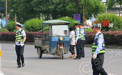 【点赞】三轮车违规拉货,拦一辆罚一辆!