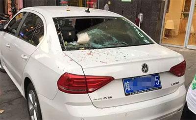 【可怕】爱车车窗被高空坠物砸穿,真凶竟是它