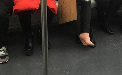 【无语】在地铁车厢脱鞋,大妈的素质让人醉了