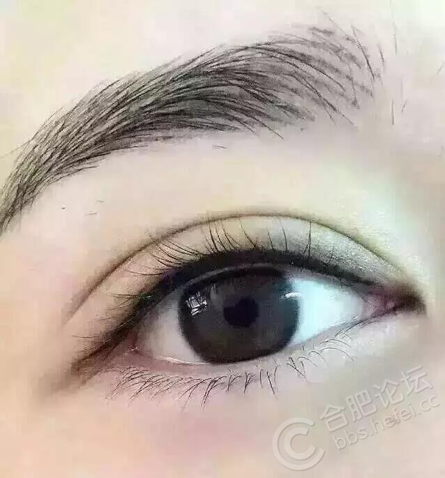 画眼线可以调整眼睛轮廓和两眼间距,可以加强眼睛的神采,使眼睛黑白对